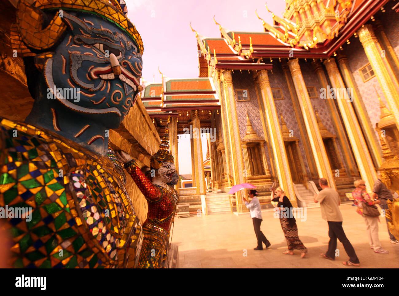 Eine Ramakien Figur im inneren des Wat Phra Keo im Tempelgelaende beim Koenigspalast im Historischen Zentrum der - Stock Image