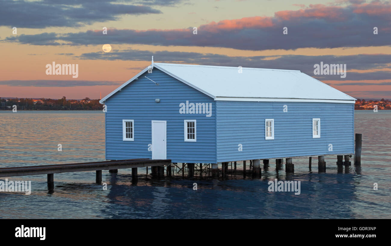Moonrise over Crawley Edge Boatshed, a well-recognized and frequently photographed site in Perth, Western Australia. - Stock Image