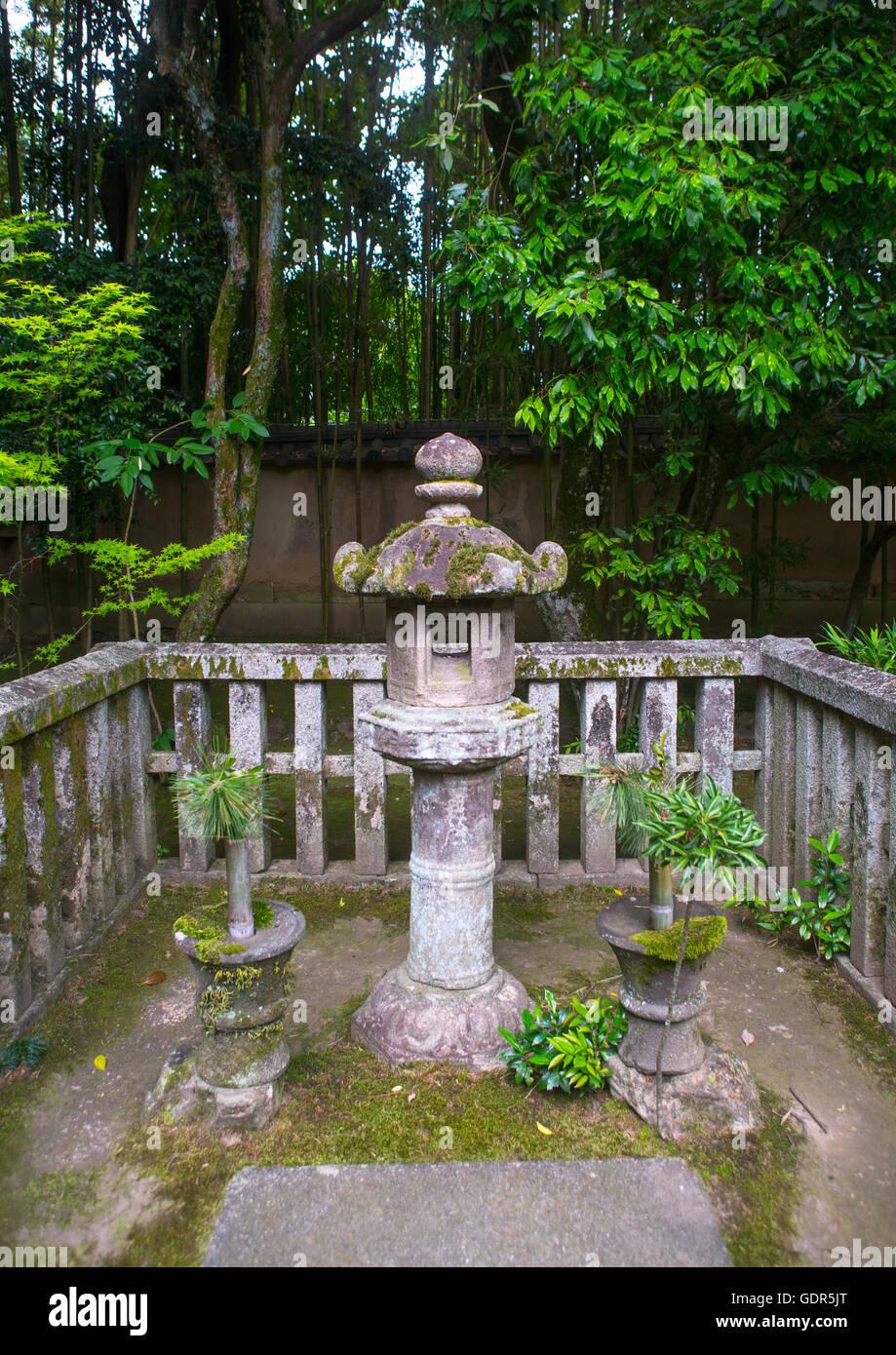 Lantern in koto-in zen buddhist temple in daitoku-ji, Kansai region, Kyoto, Japan - Stock Image