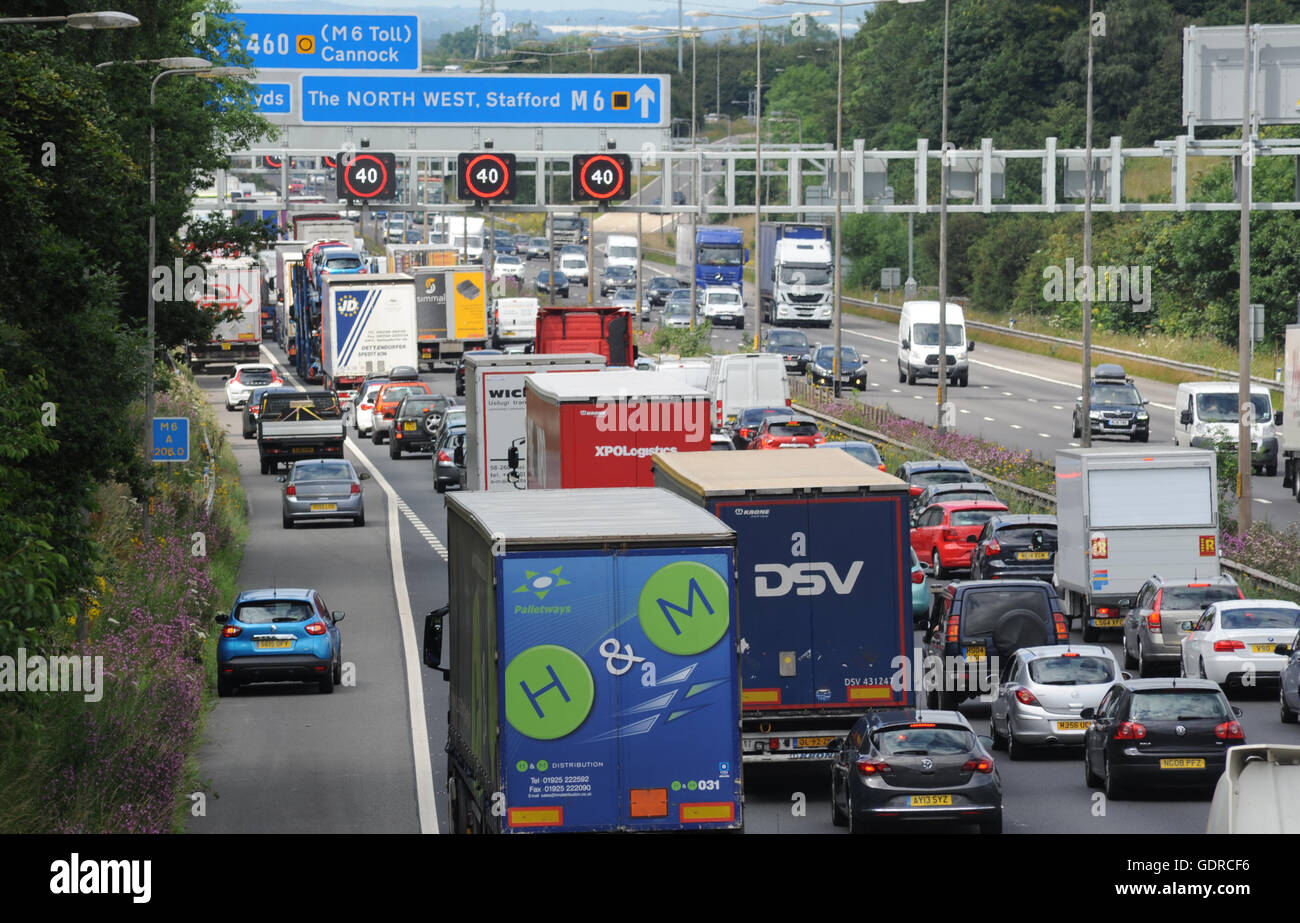 TRAFFIC QUEUES AND OVERHEAD GANTRY SPEED SIGNS ON THE NORTHBOUND M6 MOTORWAY NEAR STAFFORD RE SMART MOTORWAYS CONGESTION - Stock Image