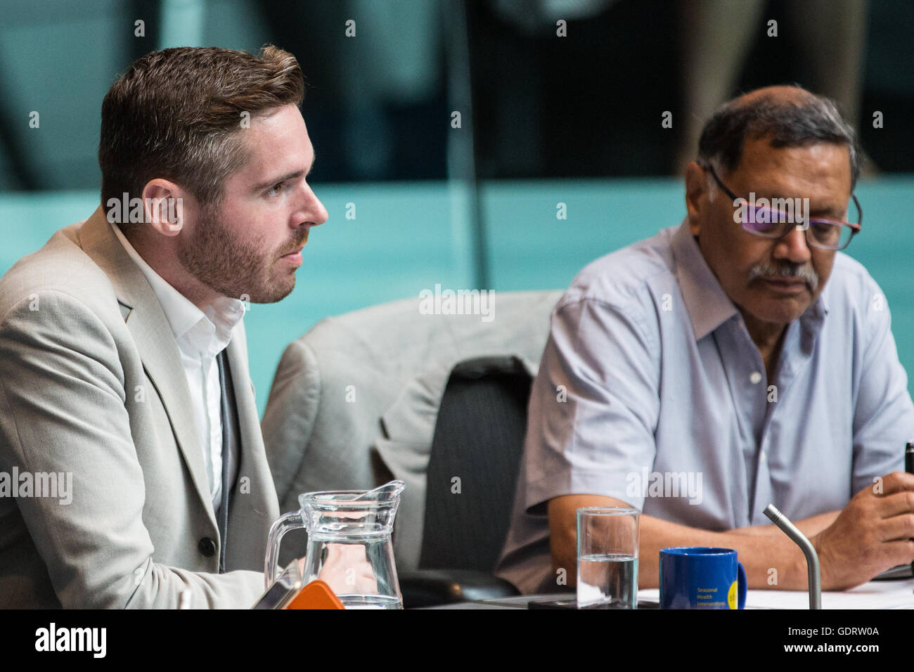 London, UK. 20th July, 2016. Tom Copley (c), Labour London Assembly member, asks a question to Sadiq Khan, Mayor - Stock Image