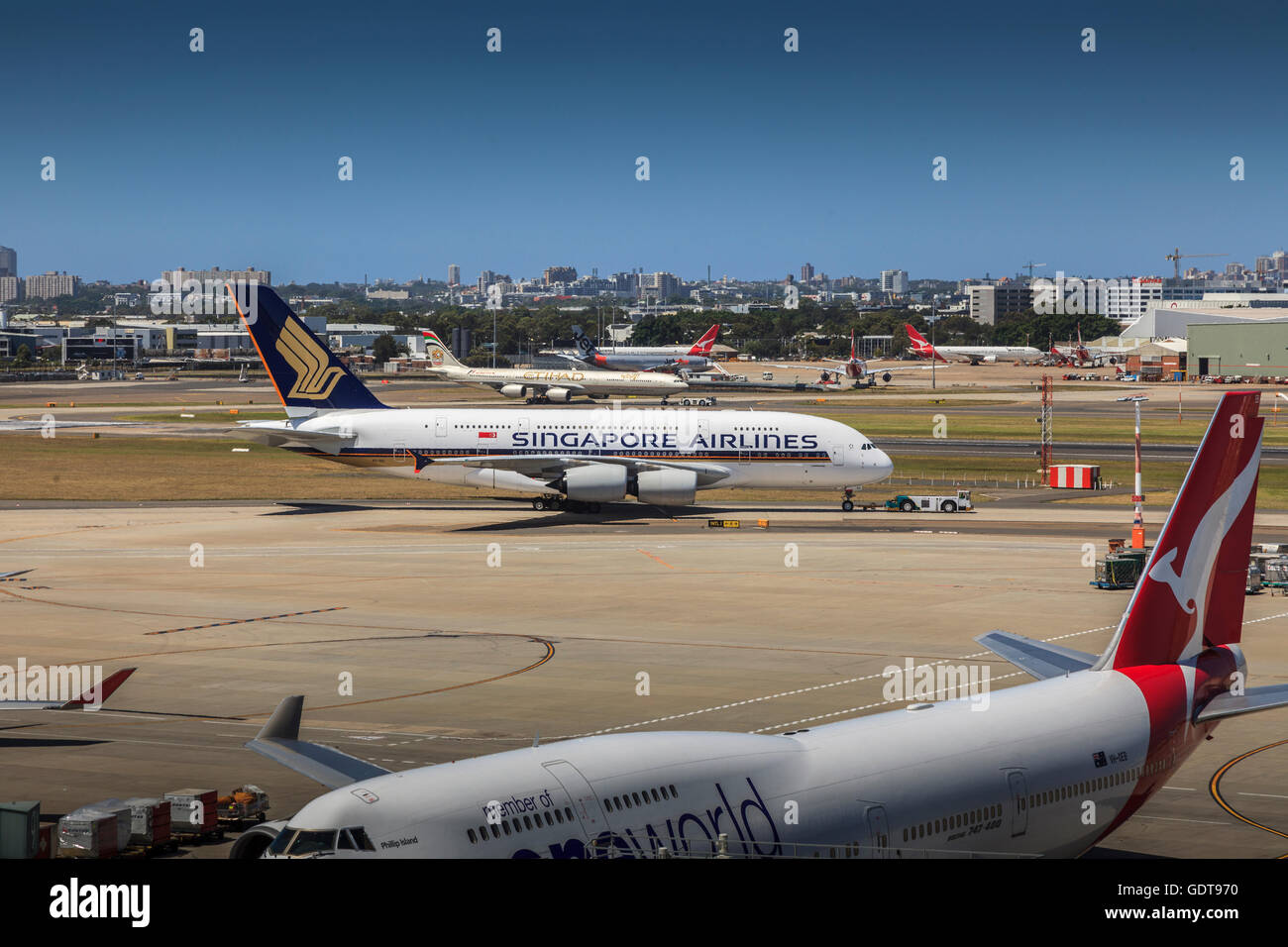Singapore airlines airbus a380 with qantas boeing 747 at for Singapore airlines sito italiano
