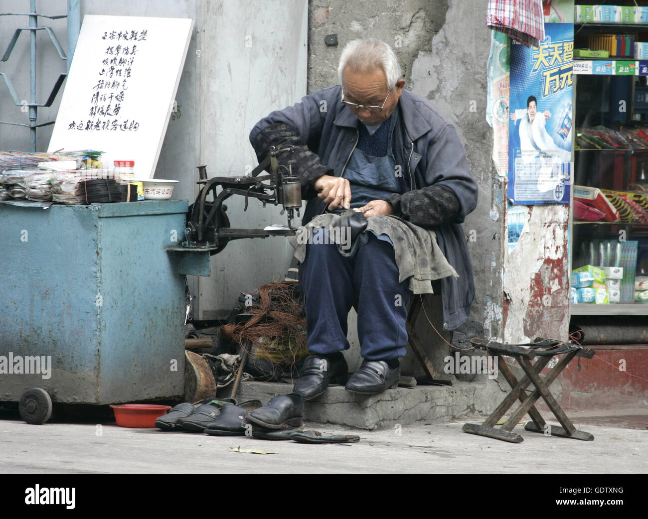 A cobbler in Shanghai - Stock Image
