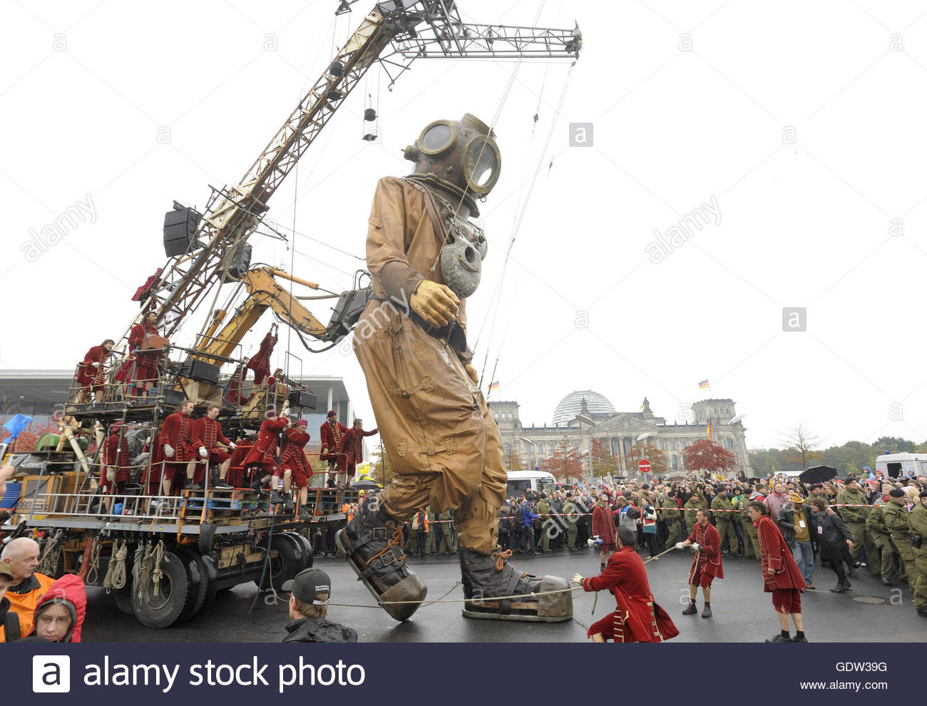 'The Berlin Reunion' narrated by Royal de Luxe - Stock Image