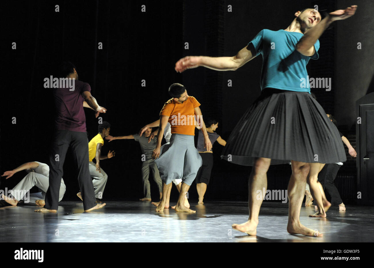 'Hunts and Forms (2008 version)' a project by Ensemble Modern and Sasha Waltz and Guests - Stock Image