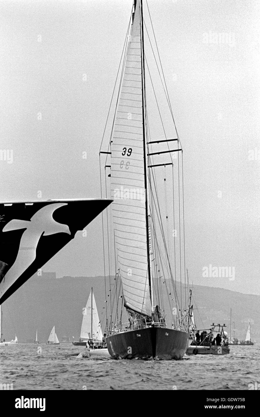 AJAX NEWS PHOTOS. 1976. PLYMOUTH, ENGLAND.  - OSTAR GIANTS - (L-R) THE TOWERING BOWS OF CLUB MEDITERRANNEE SKIPPERED - Stock Image