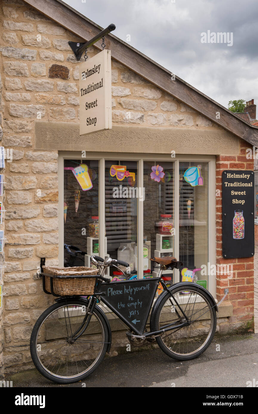 Helmsley Traditional Sweet Shop, Helmsley, North Yorkshire - sweet jars in the window and old fashioned delivery Stock Photo