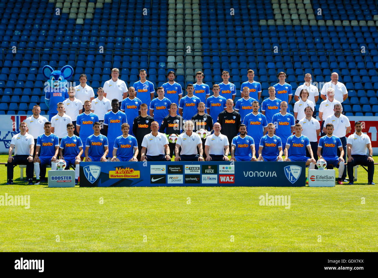 football, 2. Bundesliga, 2016/2017, VfL Bochum, team shot, row1 f.l. mascot, club doctor Bauer, physiotherapist - Stock Image