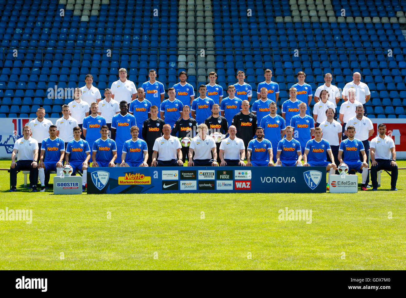 football, 2. Bundesliga, 2016/2017, VfL Bochum, team shot, row1 f.l. club doctor Bauer, physiotherapist Dolls, Wydra, - Stock Image