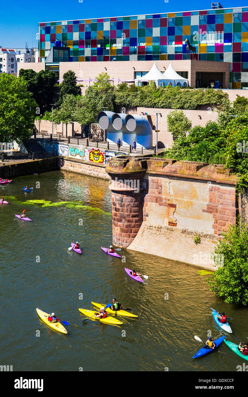 Children canoeing and kayaking on Ill river, Museum of Modern and Contemporary Art, La Petite France, Strasbourg, - Stock Image