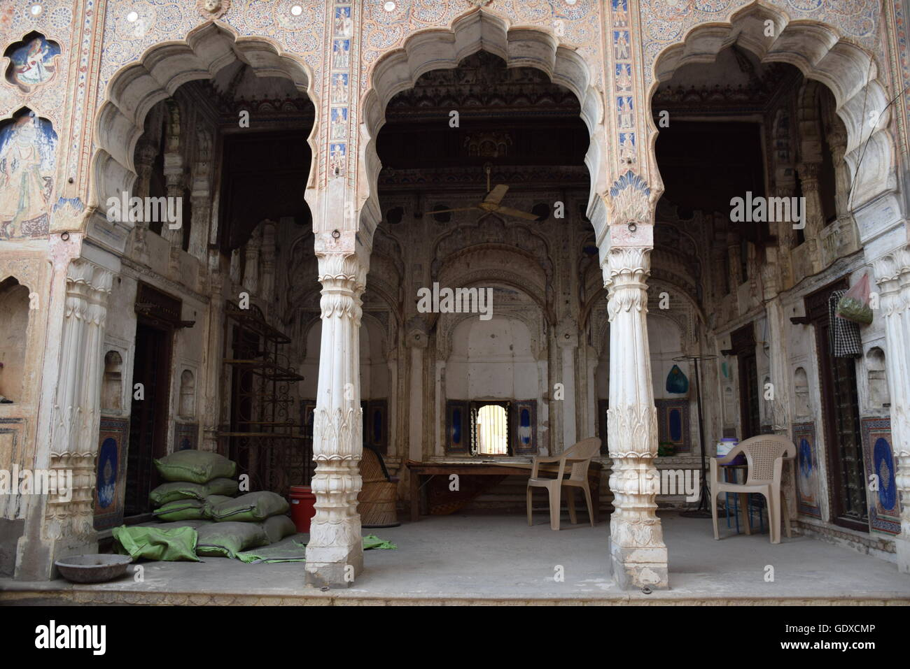 Courtyard of an old haveli in Mandawa, Rajasthan, India - Stock Image