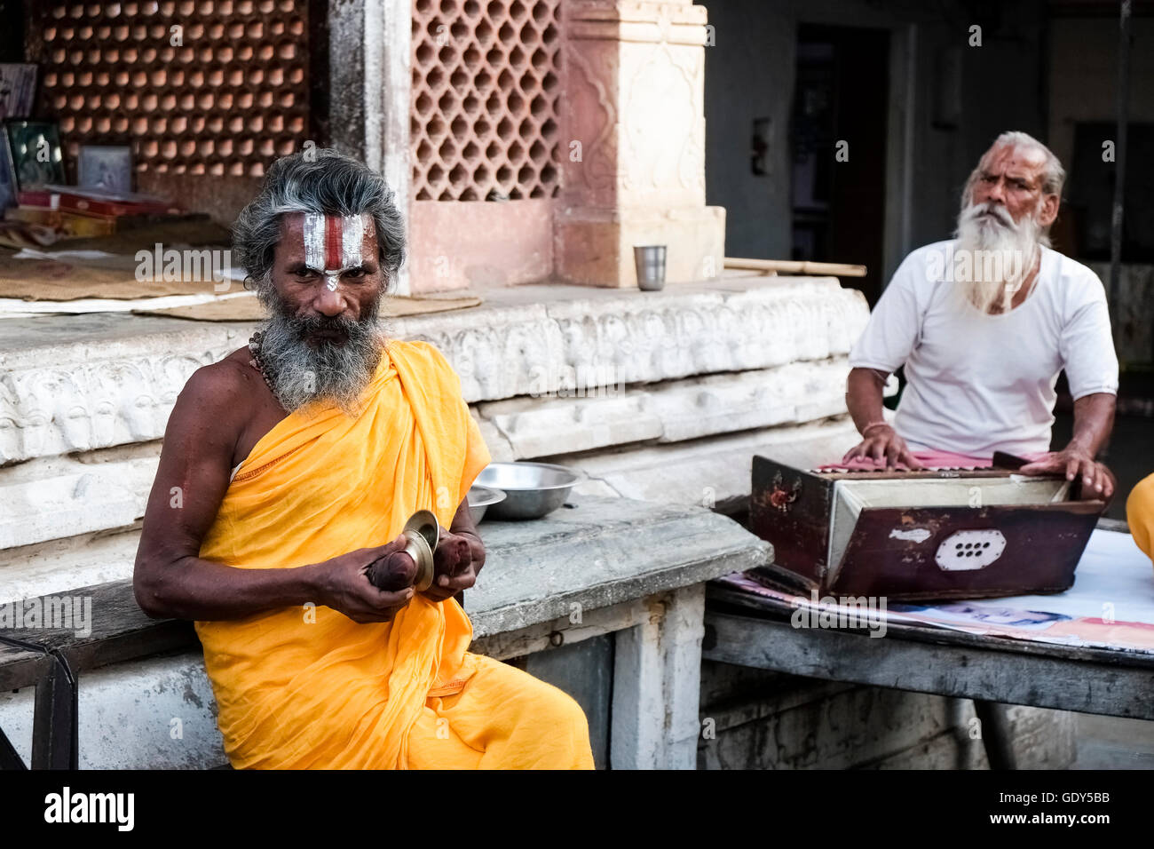 A sadhu (ascetic or holy man) and a musician at a temple in Jaipur, Rajasthan, India. - Stock Image