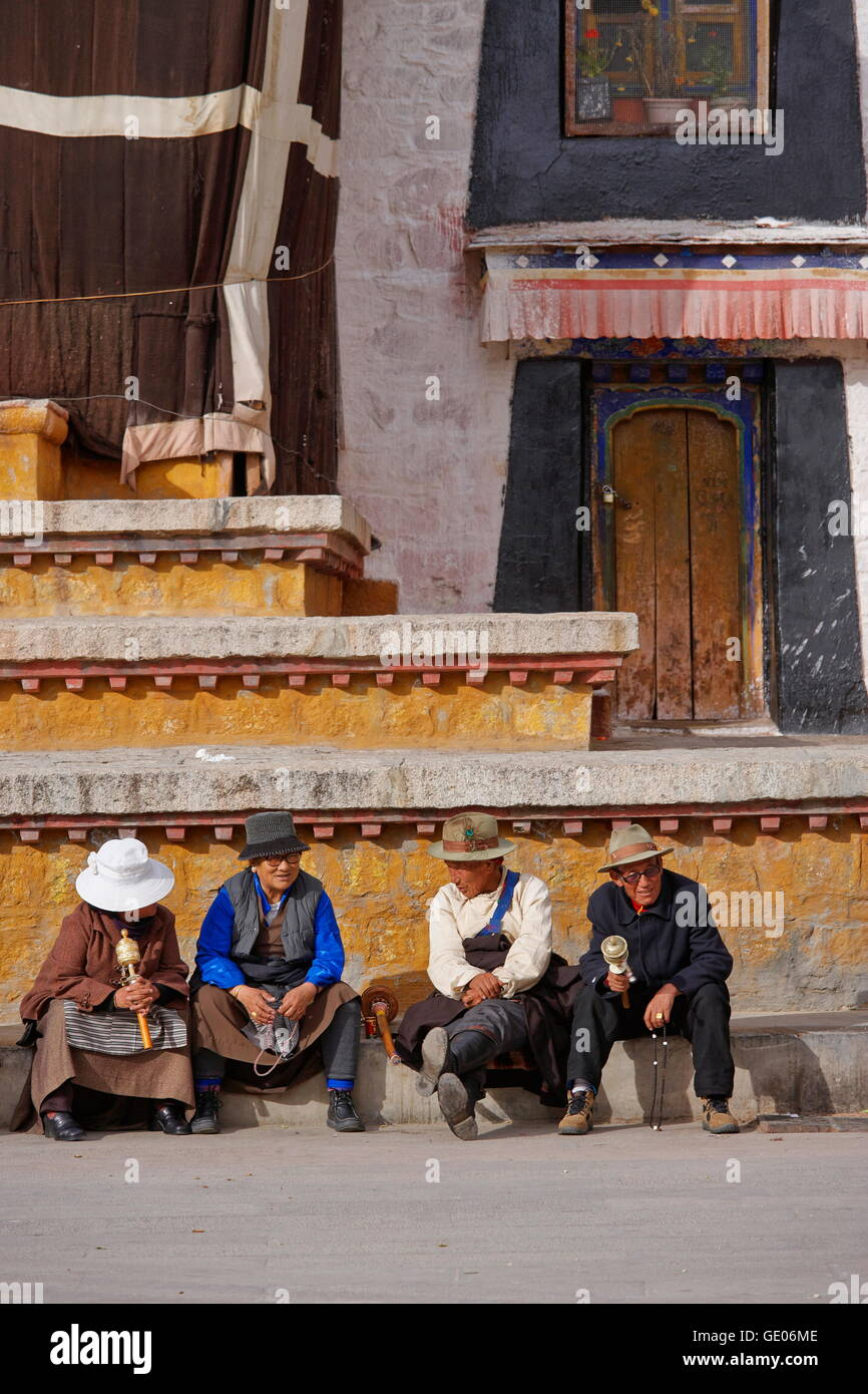 geography / travel, Tibet, Pilgrims sitting in front of the Jokhang temple, Lhassa, Additional-Rights-Clearance - Stock Image