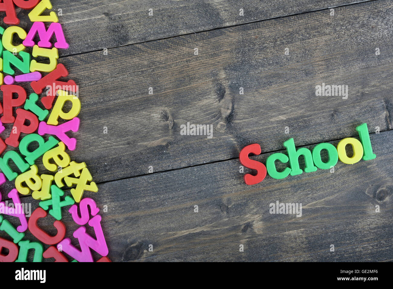 School word on wooden table - Stock Image
