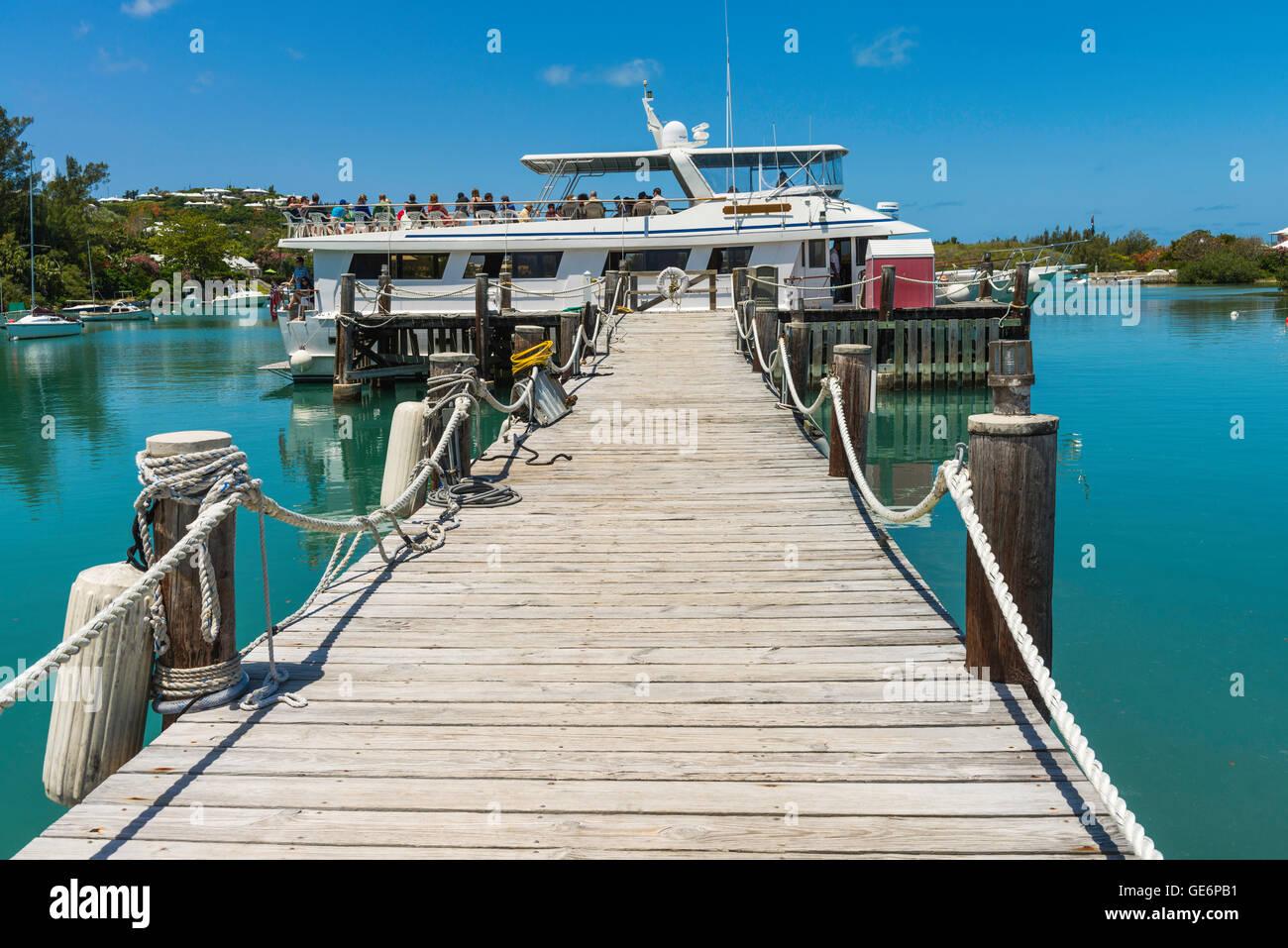 Ferry to Hamilton waits at the Waterlot  Inn dock, Fairmont Southampton Resort, Jew's Bay, Southampton Parish, - Stock Image