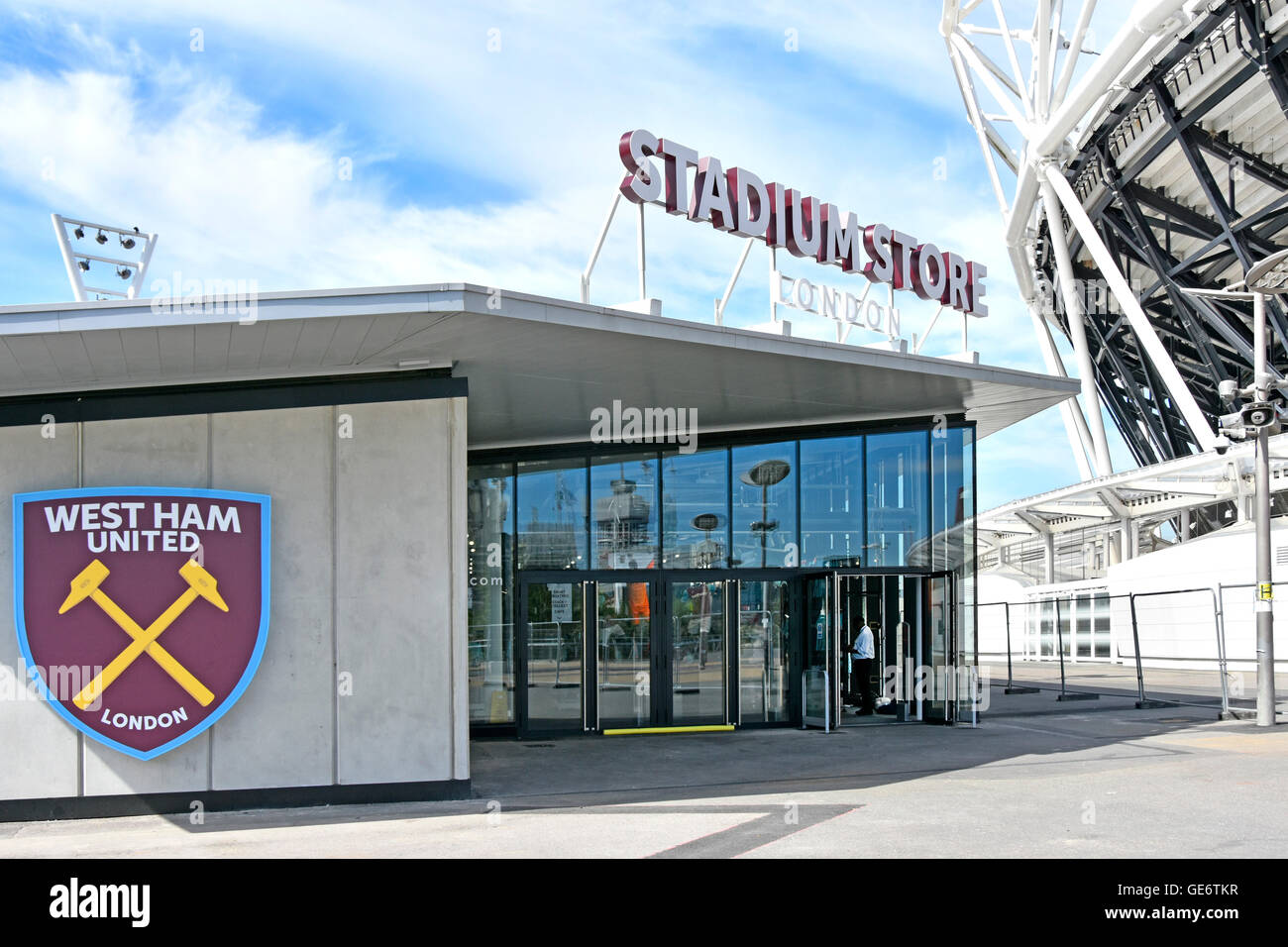 West Ham United logo on new London Stadium Store beside the converted 2012 Olympic Stadium in the Queen Elizabeth - Stock Image