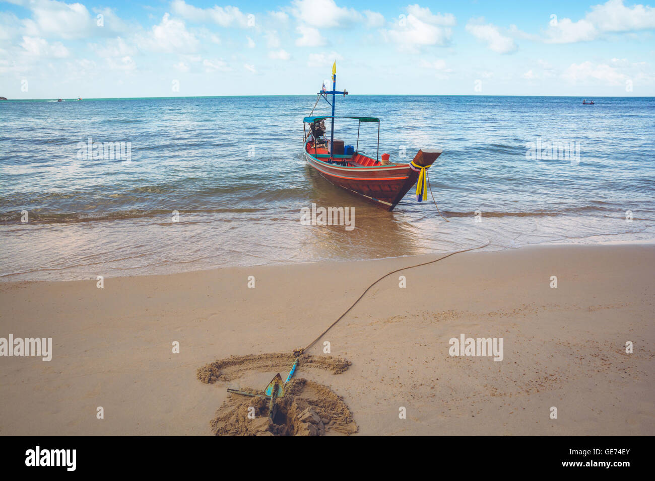 A boat is anchored at Bottle Beach, Koh Pha Ngan, Thailand - Stock Image