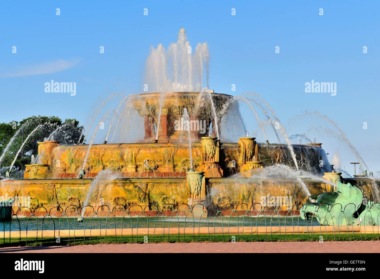 Chicago's Buckingham Fountain in Grant Park on a summer evening. The fountain was designed with sculptures by - Stock Image