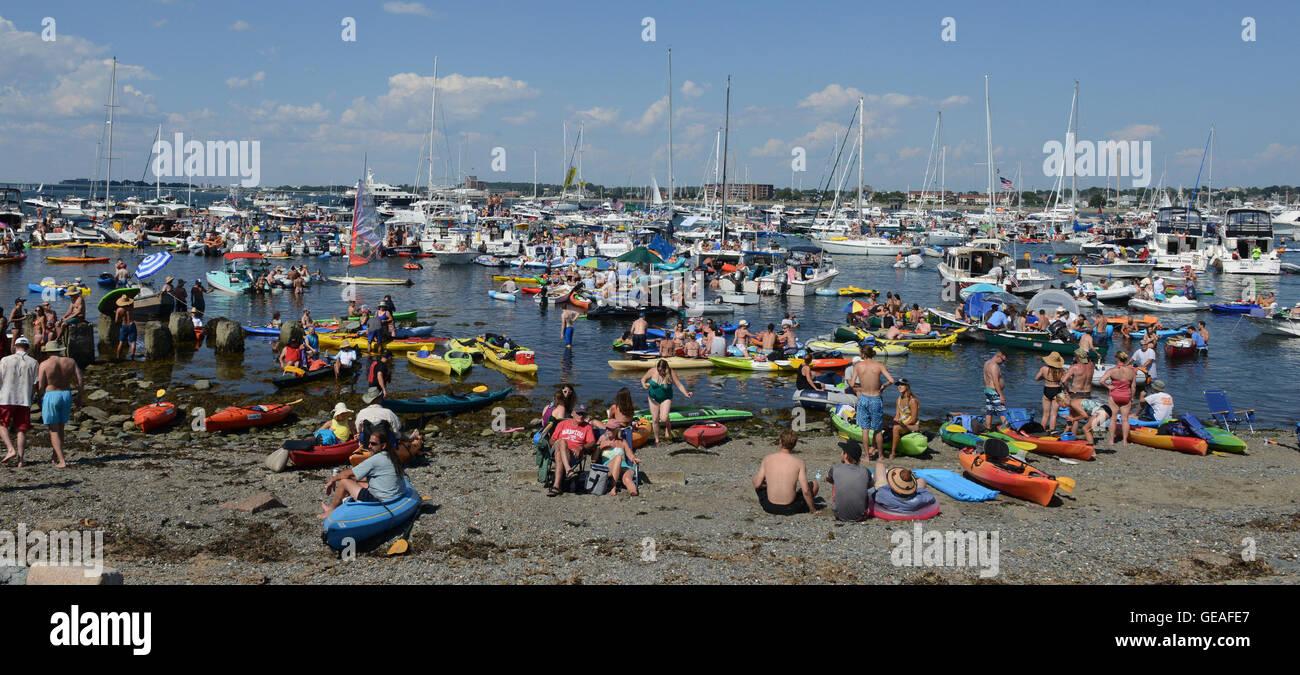 Newport, RI, USA. 24th July, 2016. Music fans enjoy the 2016 Newport Folk Festival. Newport, RI. 7/24/16. Sun Sentinel - Stock Image