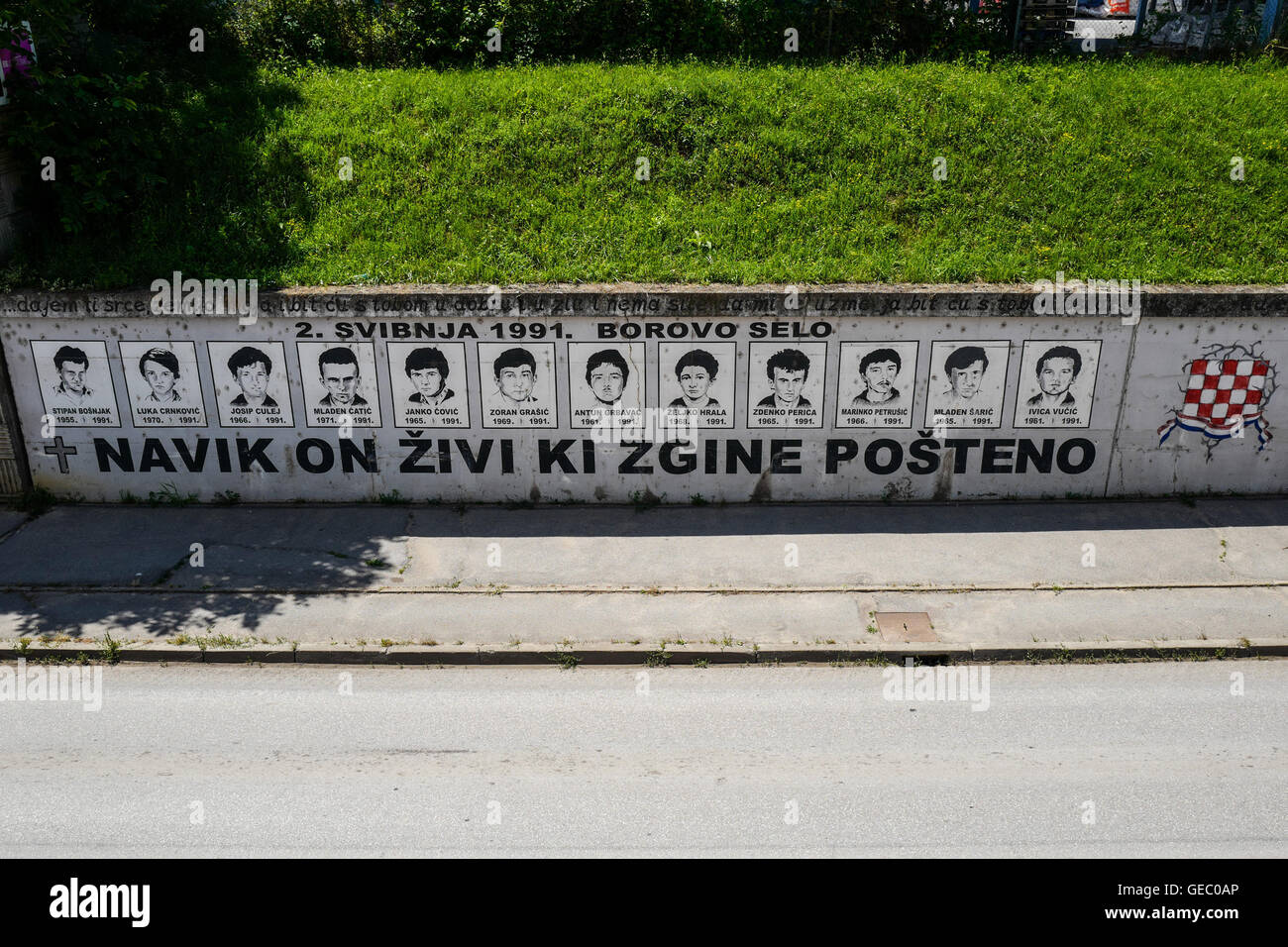 """Borovo Selo Memorial Wall: """"He Who Dies In Honesty – Lives Forever"""" - Stock Image"""