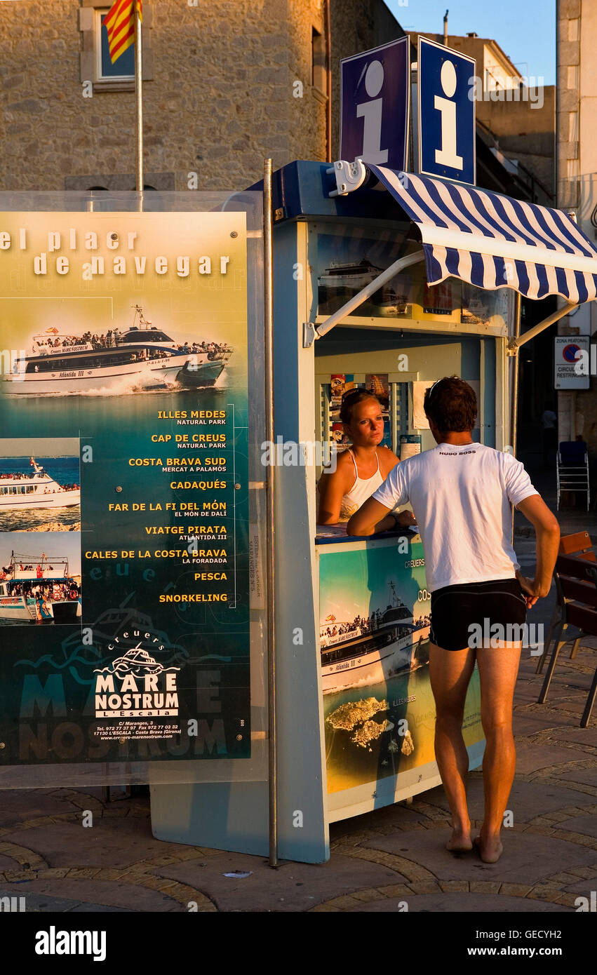 L´ Escala. Plaça de la Sardana. Point of Information and sale of tickets for excursions by ship for the - Stock Image