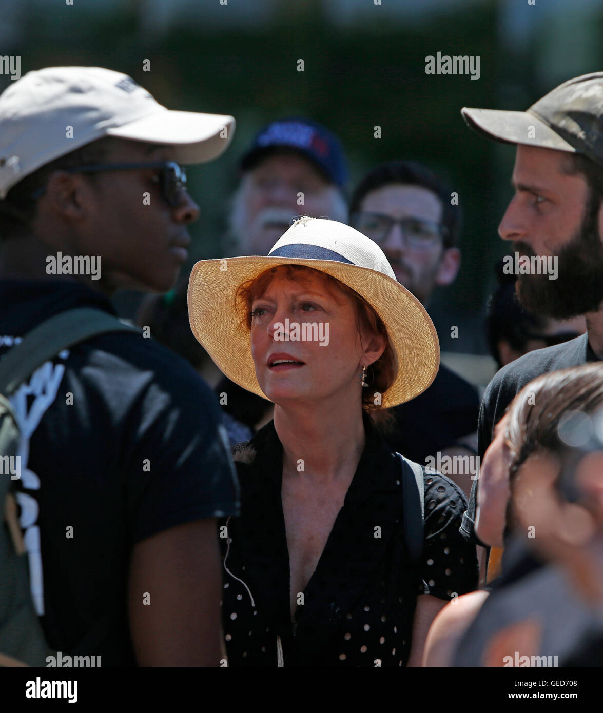 New York City, United States. 23rd July, 2016. Actress & movement supporter Susan Sarandon talks with demonstration - Stock Image