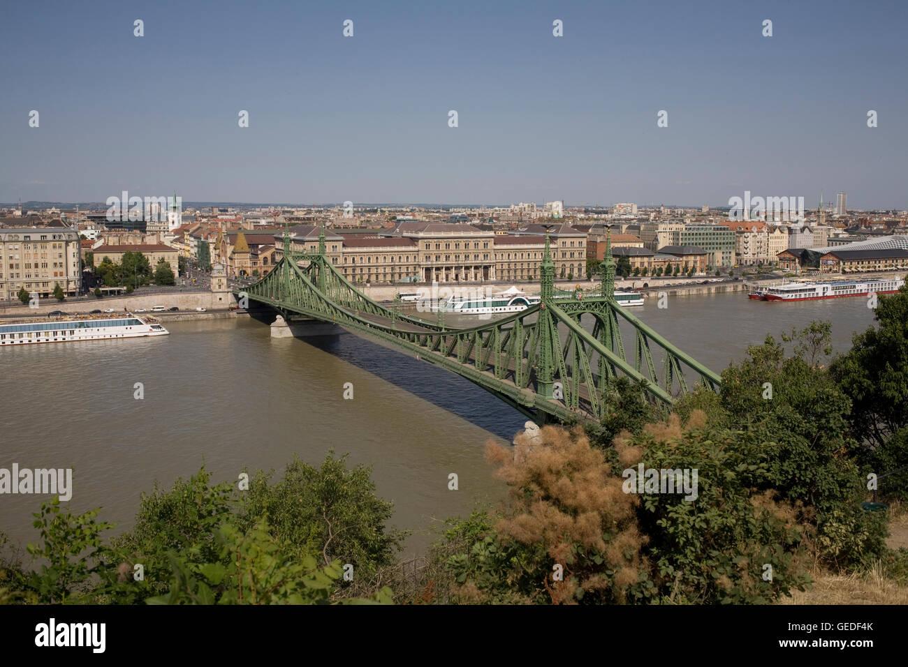Liberty bridge on glorious summer afternoon - Stock Image