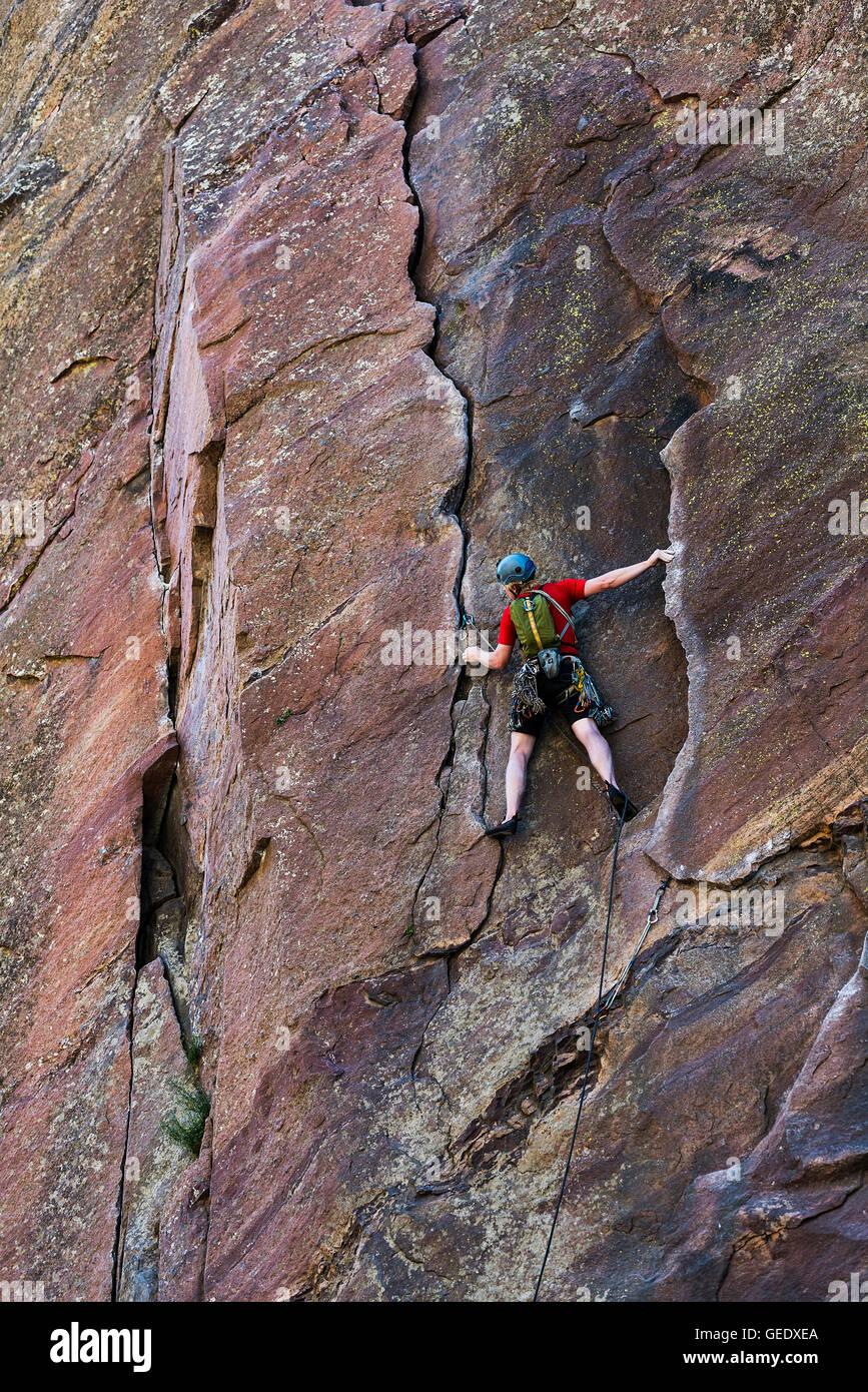 Man rock climbing, Eldorado Canyon State Park, Colorado, USA - Stock Image