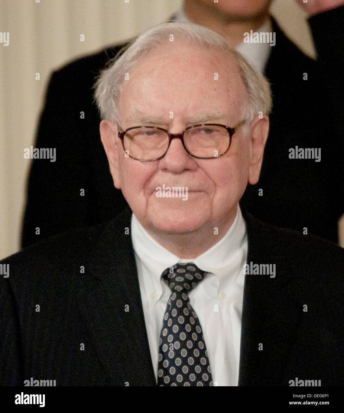 Warren Buffett talks to reporters at the White House after receiving the 2011 Medal of Freedom. Buffett was awarded - Stock Image