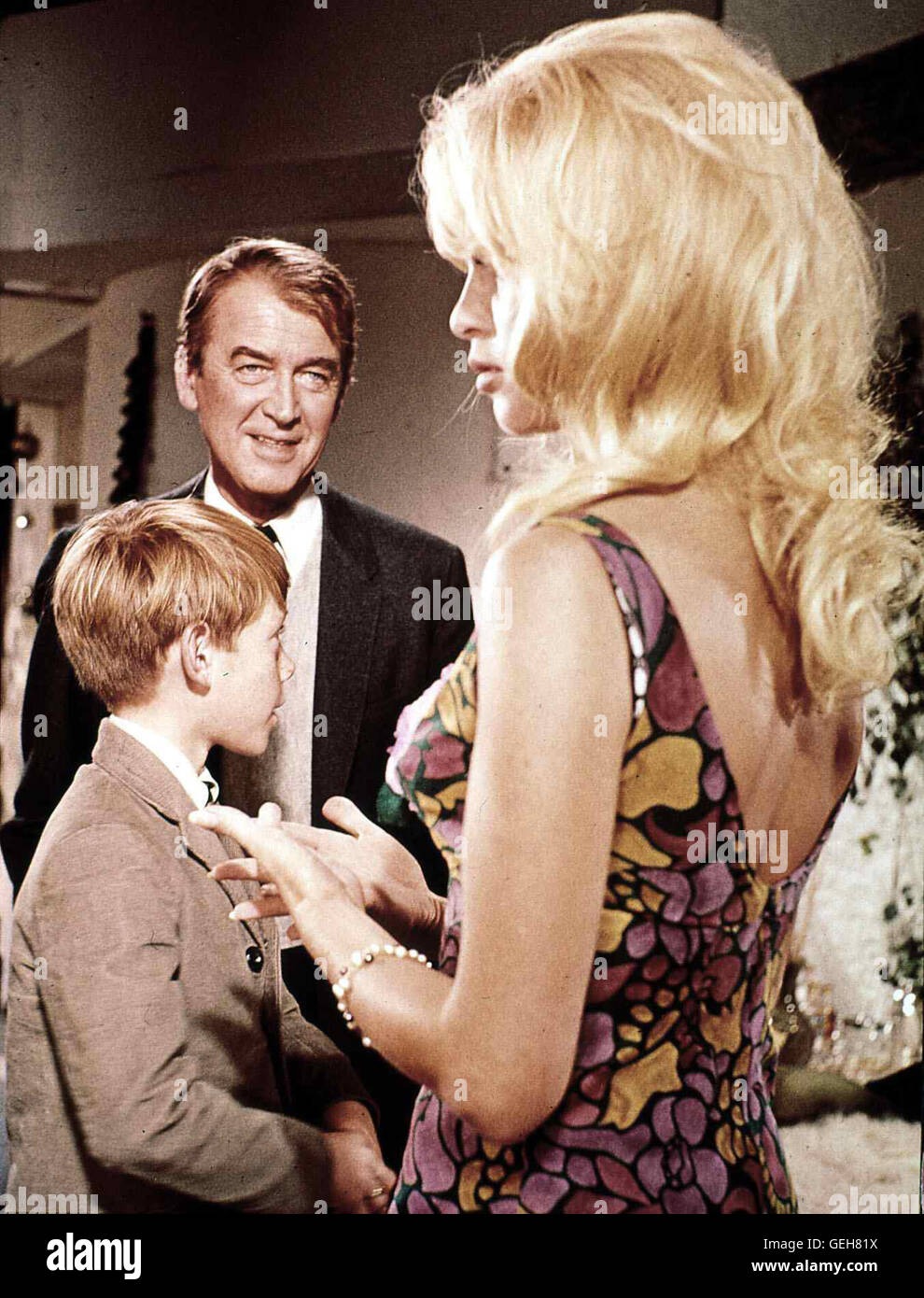 Billy Mumy, James Stewart, Brigitte Bardot  Der linkische Literaturprofessor Leaf (James Stewart,h) macht sich Sorgen - Stock Image