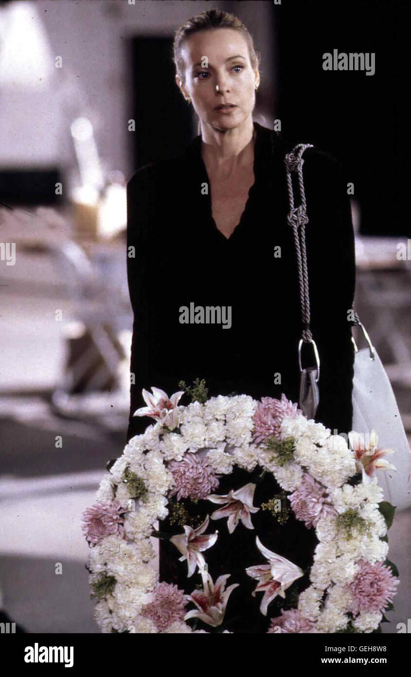 Dey Young   Diane Trent (Dey Young), deren Mann unter den Opfern des Absturzes war, hat finstere Plaene .. *** Local Stock Photo
