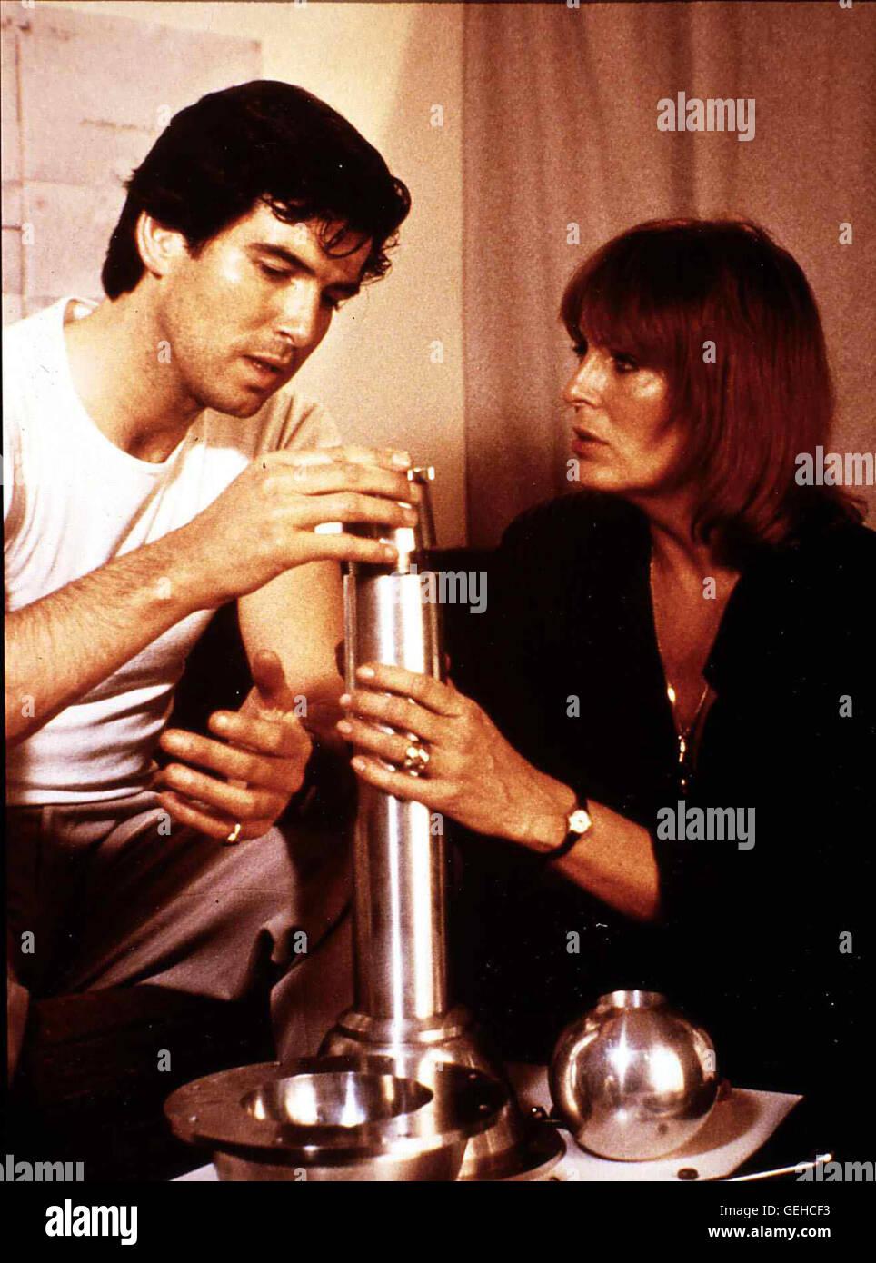 Pierce Brosnan, Joanna Cassidy   KGB-Agent Major Valeri Petrofsky (Pierce Brosnan) wird beauftragt, in England einen - Stock Image