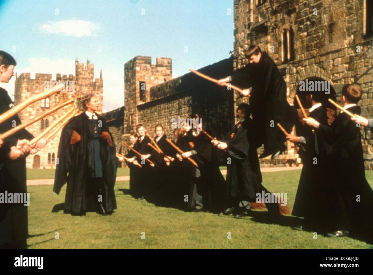 Daniel Radcliffe Harry (Daniel Radcliffe) kann mit seinem Zauberbesen Nimbus 2000 fliegen. *** Local Caption *** - Stock Image