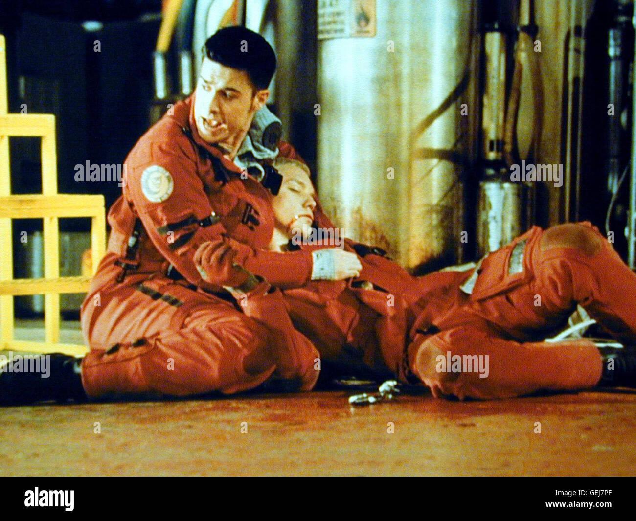Freddie Prinze Jr., Matthew Lillard Offizier Blair (Freddie Prinze jr.) haelt den verletzen Maniac (Matthew Lillard) - Stock Image