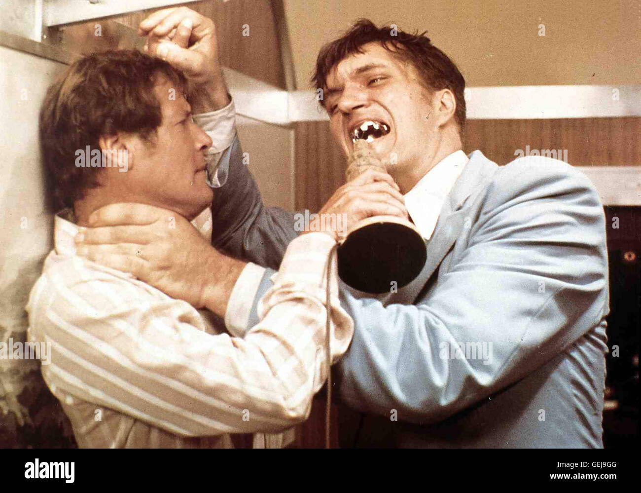 Roger Moore, Richard Kiel Strombergs Gehilfe (Richard Kiel) mit dem Stahlgebiss hat an James Bond (Roger Moore) - Stock Image