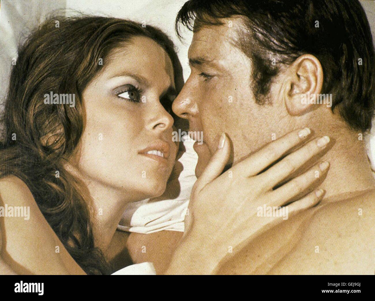 Barbara Bach, Roger Moore Die russische Agentin Anya (Barbara Bach) findet Gefallen an Superagent James Bond (Roger - Stock Image