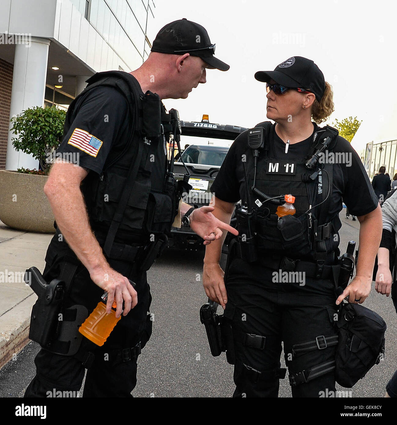 Police And Media: Police Talk With Media Stock Photos & Police Talk With