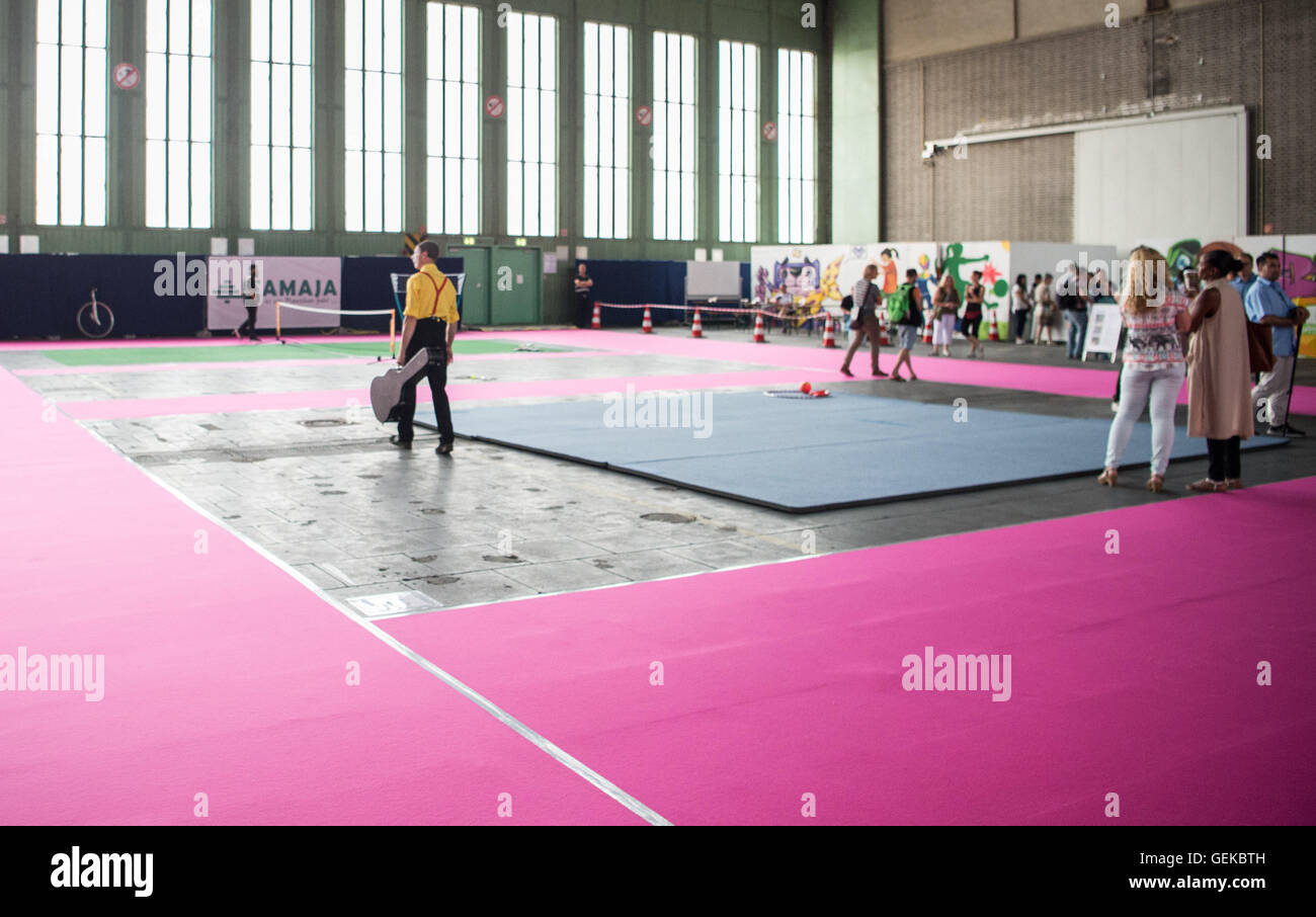 Berlin, Germany. 27th July, 2016. Visitors look around the sports facility in an emergency accommodation for refugees - Stock Image