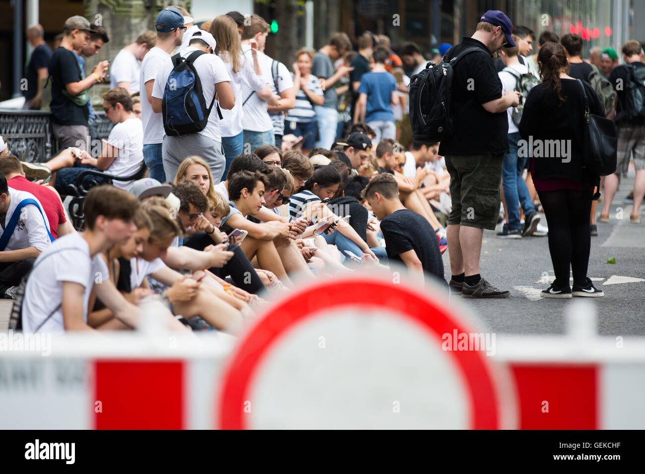 Duesseldorf, Germany. 27th July, 2016. Teenagers playing 'Pokemon Go' on the Giradet bridge at Koenigsallee - Stock Image