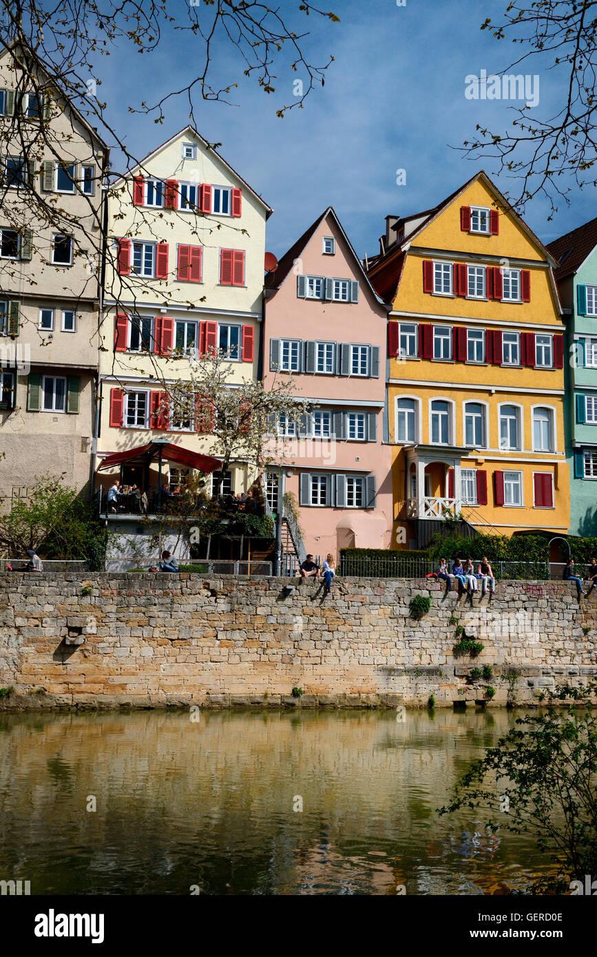 Studenten auf Ufermauer des Neckar, Tuebinger Altstadt, Tuebingen, Baden-Wuerttemberg, Schwaebische Alb, Deutschland - Stock Image