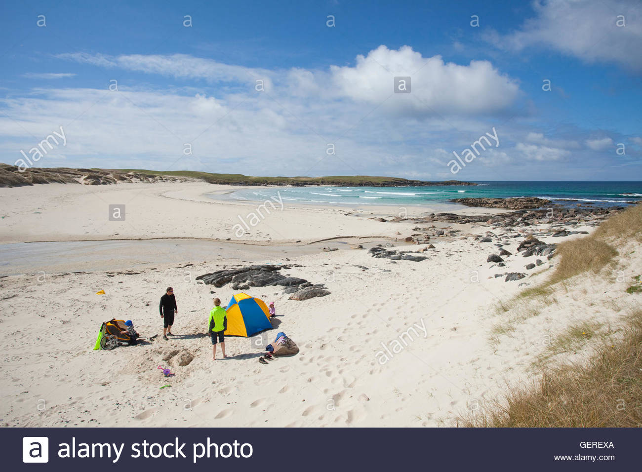 A family enjoy a day on Hosta Beach or Traigh Stir, North Uist, Outer Hebrides, Scotland. - Stock Image