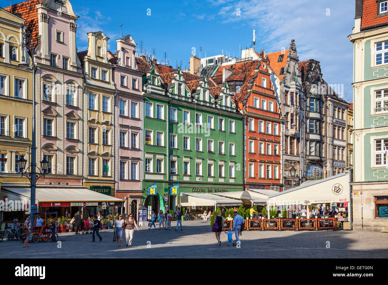 Outdoor restaurant bars and colourful medieval houses in Wroclaw\'s ...