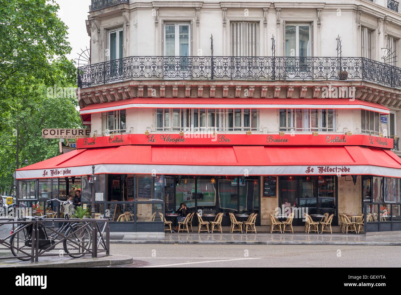 A view towards Le Velocipede Bar and Brasserie in Paris. - Stock Image