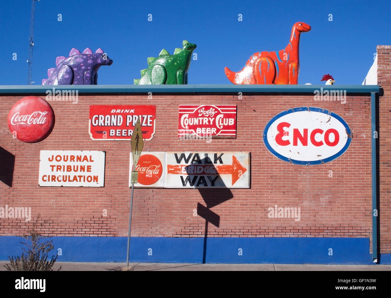 Dinosaurs on the roof of a restaurant in Hatch New Mexico - Stock Image