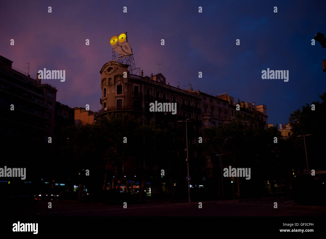El Mussol (The Owl in catalan), an ancient ad sign, rests atop of a building of the Eixample distrcit of Barcelona. - Stock Image
