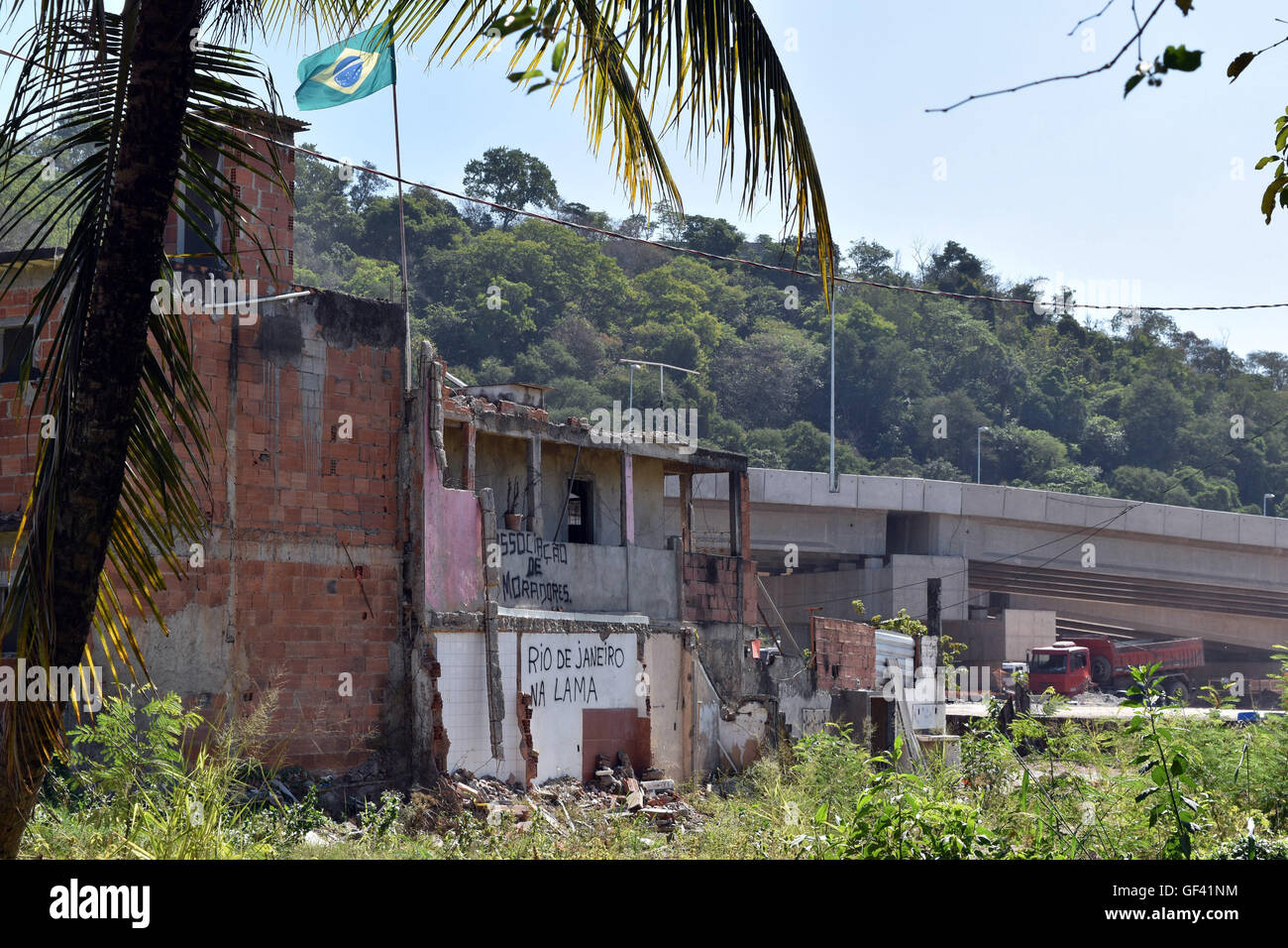 Rio de Janeiro, Brazil. 27th Apr, 2016. Destroyed apartments of the Favela Vola Autodromo by the Olympic Stadium - Stock Image