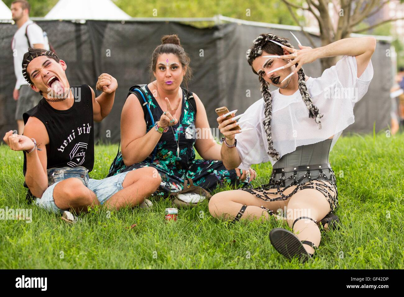 Chicago, Illinois, USA. 28th July, 2016. Music fans relax in the shade during Lollapalooza Music Festival at Grant - Stock Image