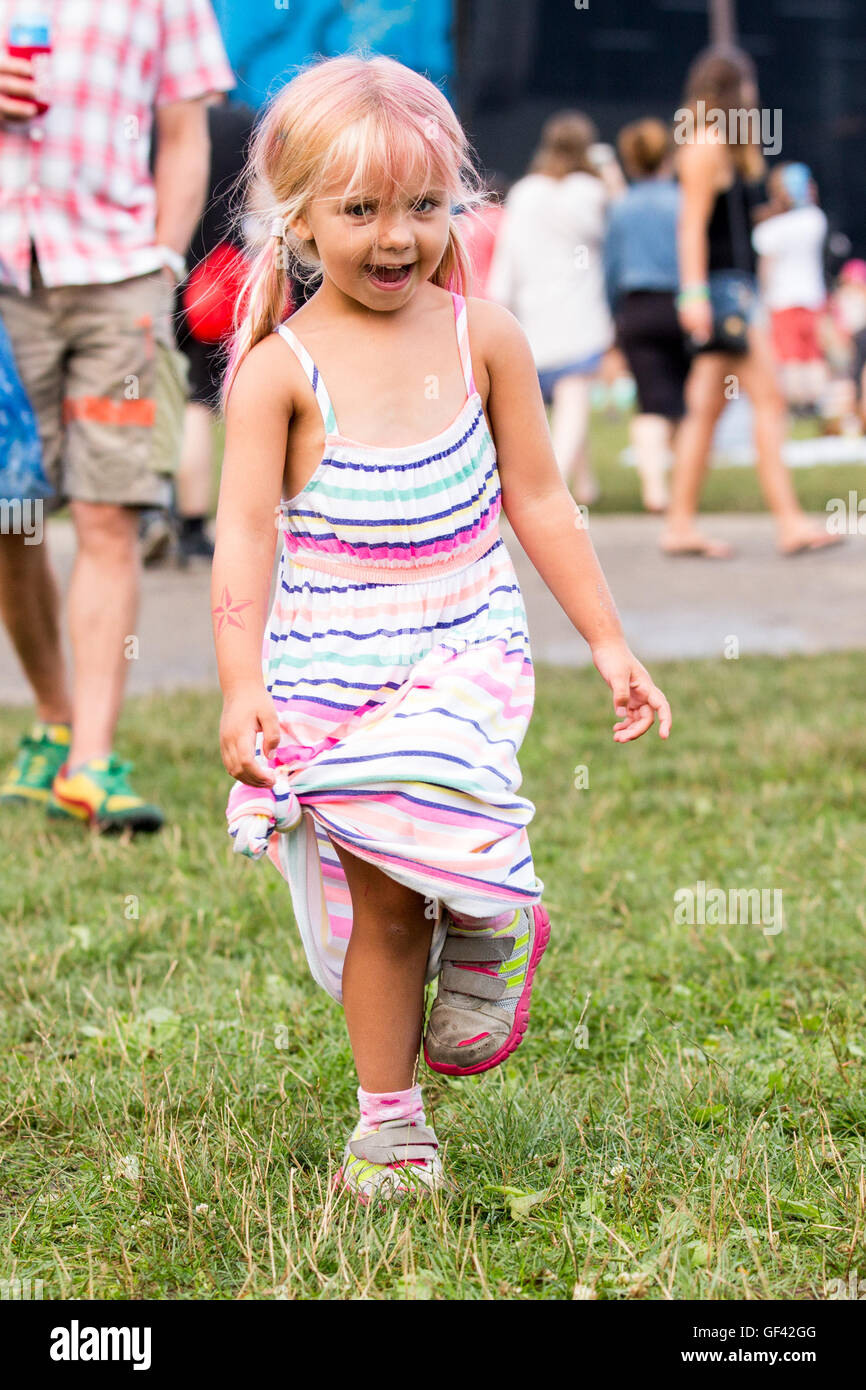 Chicago, Illinois, USA. 28th July, 2016. A young female fan dances during Lollapalooza Music Festival at Grant Park - Stock Image