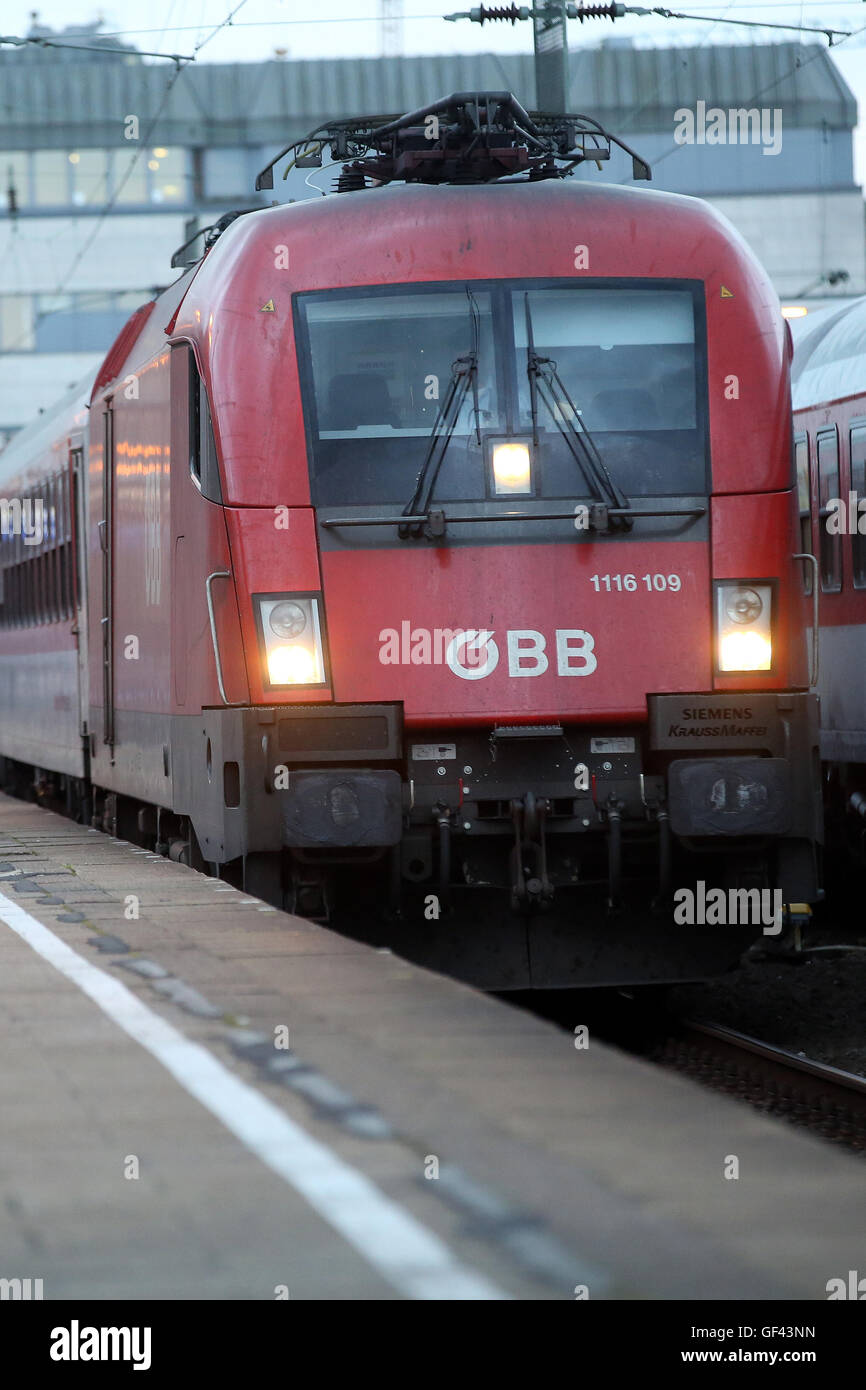 Hamburg, Germany. 28th July, 2016. A EuroNight night train operated by OeBB (Oesterreichische Bundesbahnen) ready - Stock Image