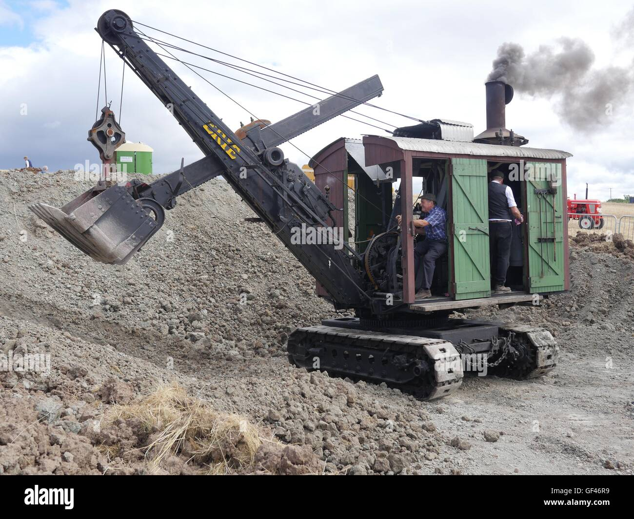 near Malvern, UK. 29th July, 2016. Graham Lee from Tamworth at the controls of his 1915  Ruston Erie Steam shovel - Stock Image